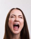 Série da emoção de menina ucraniana nova e bonita - ruidosamente gritando foto de stock