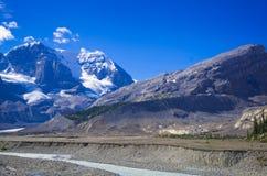 Série da montanha, montanha da neve, geleira e céu azul de lado a via pública larga e urbanizada para o parque nacional de jaspe fotografia de stock