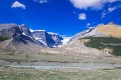 Série da montanha, montanha da neve, geleira e céu azul de lado a via pública larga e urbanizada para o parque nacional de jaspe Fotos de Stock Royalty Free