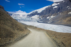 Série da montanha, montanha da neve, geleira e céu azul de lado a via pública larga e urbanizada para o parque nacional de jaspe fotos de stock