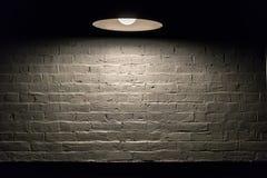 Série da textura - parede de tijolo branca com lâmpada aérea Fotografia de Stock Royalty Free