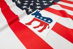 Série de bandeiras enrugado dos EUA com símbolo do partido democrático sobre ele fotos de stock