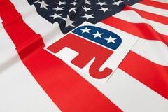 Série de bandeiras enrugado dos EUA com símbolo do Partido Republicano sobre ele Fotografia de Stock Royalty Free
