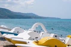 Série de bateaux avec une glissière sur la plage attendant à la voile Image stock