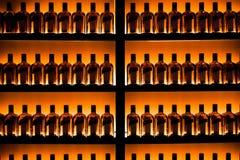 Série de bouteilles contre le mur photo libre de droits