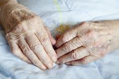 Mãos de senhora-séries idosas de fotos imagem de stock