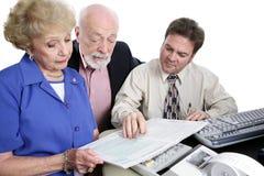 Série de journalisation - observation du livret explicatif d'impôts Images stock