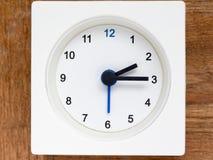 Série de l'ordre du temps sur l'horloge analogue blanche simple Photographie stock libre de droits