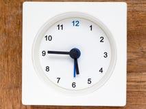 Série de l'ordre du temps sur l'horloge analogue blanche simple Image stock