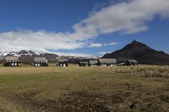 Série de maisons noires avec les toits gris dans Hellnar, Islande Photos libres de droits