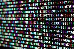 Série de nombres colorés sur un moniteur d'ordinateur avec la tache floue dans photos libres de droits