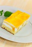 Série de nourriture : gâteau de fantaisie de mangue avec le je jaune de fruit Photos libres de droits