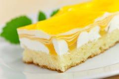 Série de nourriture : gâteau de fantaisie de mangue avec le je jaune de fruit Images stock