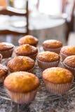 Série de petits gâteaux ou de petits pains fraîchement cuits au four faits maison Photo stock