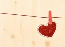 Série de Saint Valentin, coeur rouge décoratif accrochant sur le fond en bois Image stock