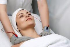 Série de salon de beauté. massage électrique photographie stock