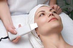 Série de salon de beauté, nettoyage de peau d'ultrason photographie stock libre de droits
