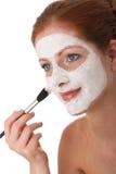 Série de soin de fuselage - femme appliquant le masque facial Images libres de droits