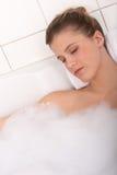 Série de soin de fuselage - femme se situant dans la baignoire photo libre de droits