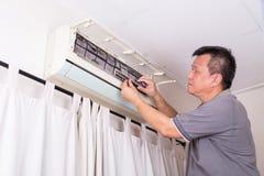 Série de technicien entretenant le dispositif climatique d'intérieur Image stock
