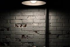 Série de texture - en grande partie mur de briques blanc avec la lampe aérienne Photos stock