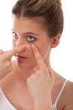 Série do cuidado do corpo - senhora que aplica a lente de contato fotos de stock royalty free