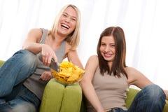 Série do estudante - mulher dois nova que presta atenção à tevê Foto de Stock Royalty Free