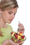 Série saudável do estilo de vida - mulher com salada de fruta Fotografia de Stock