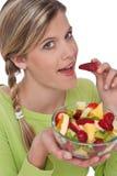 Série saudável do estilo de vida - mulher que come frutas fotografia de stock royalty free