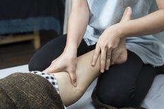 Série thaïlandaise de massage : Massage de pied et de jambe Photos stock