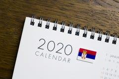 A Sérvia embandeira 2020 o calendário imagens de stock