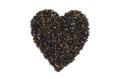 Sésame noir rôti dans la forme de coeur Images stock