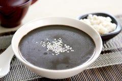 Sésamo negro con la sopa de la perla-cebada Fotografía de archivo