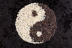 Sésamo preto e branco da semente Sinal de Yin yang Fotografia de Stock Royalty Free