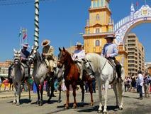 Séville Espagne le 16 avril 2013/cavaliers dans l'habillement traditionnel photo stock