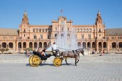Séville - le chariot sur la place de Espana de plaza conçue par AnÃbal Gonzalez (les années 1920) Images stock