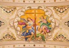 Séville - les anges de fresque avec la croix sur le plafond dans l'église Basilica de la Macarena Photos stock