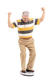 Sênior alegre que mede seu peso Foto de Stock