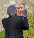 Sênior assustado da tecnologia Fotografia de Stock Royalty Free