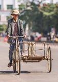 Sênior chinês em um triciclo oxidado, Lishui, ilha de Hainan, China Fotografia de Stock