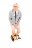 Sênior com as calças que mantêm seu gancho Foto de Stock