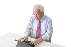 Sênior com tabuleta Fotos de Stock Royalty Free