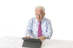 Sênior com tabuleta Imagem de Stock
