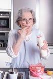 Sênior fêmea ativo na cozinha fotos de stock