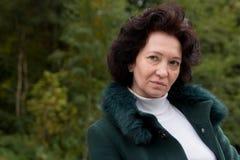 Sênior médio da beleza da floresta do outono da mulher do retrato Fotografia de Stock Royalty Free