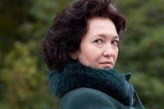 Sênior médio da beleza da floresta do outono da mulher do retrato Foto de Stock