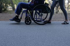 Sênior na cadeira de rodas Imagens de Stock Royalty Free