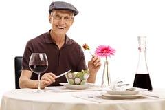 Sênior que come uma salada fotografia de stock royalty free