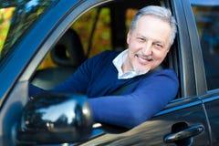 Sênior que conduz seu carro Imagens de Stock Royalty Free