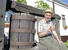 Sênior que prova o vinho branco imagem de stock royalty free